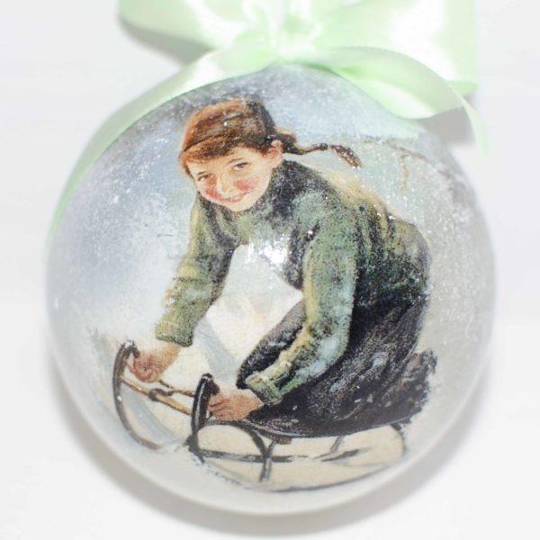 елочный шар с мальчиком в санях