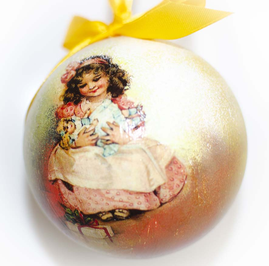 елочный шар с девочкой
